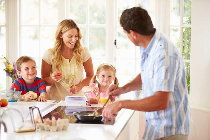 Familie in der Küche - Küchen Sepp