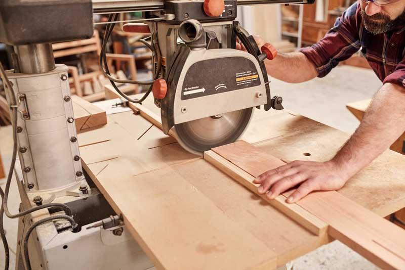 Schreiner sägt Holz mit der Kreissäge - Küchen-Sepp